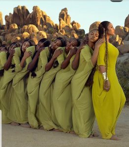 La chanteuse beyoncé et ses danseuses habillées par une styliste sénégalaise et photographiées au milieu des falaises
