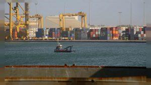 Bateau sur les rives du port de Dakar, investissement