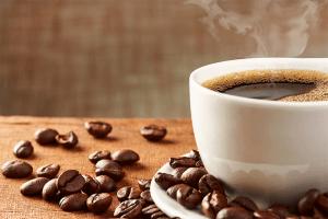 Une tasse de café posé sur une table