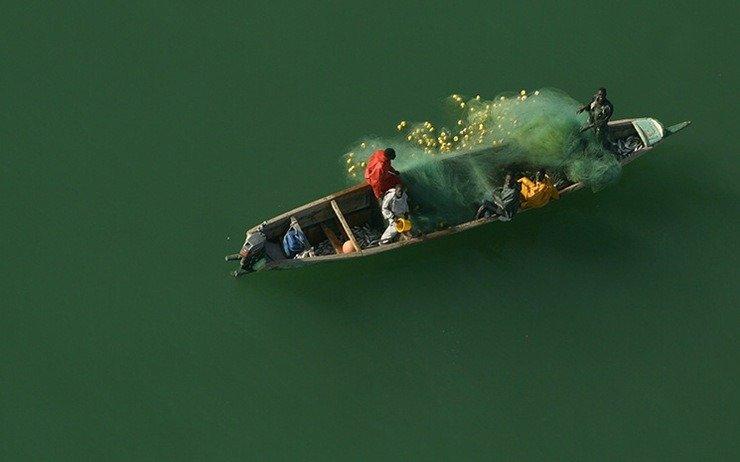 Une très belle photo d'une pirogue au milieu d'un lac vert instagram