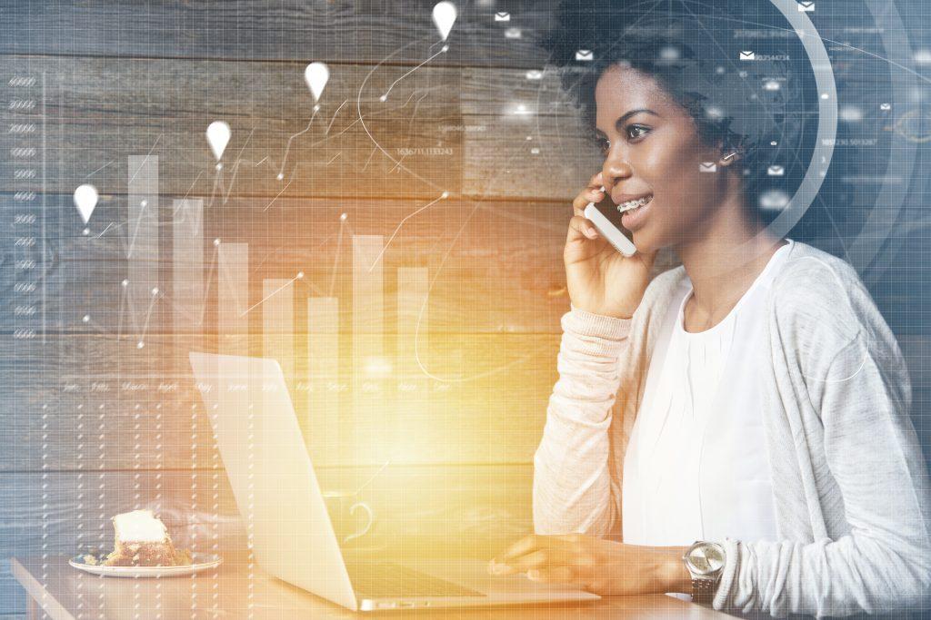 Une femme au téléphone travaille sur son ordinateur, numerique