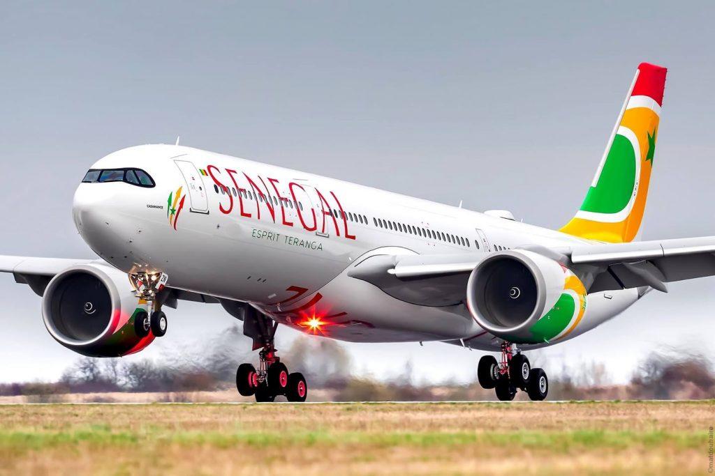 Un avion de la compagnie aérienne Air Sénégal qui atterrit en pleine journée