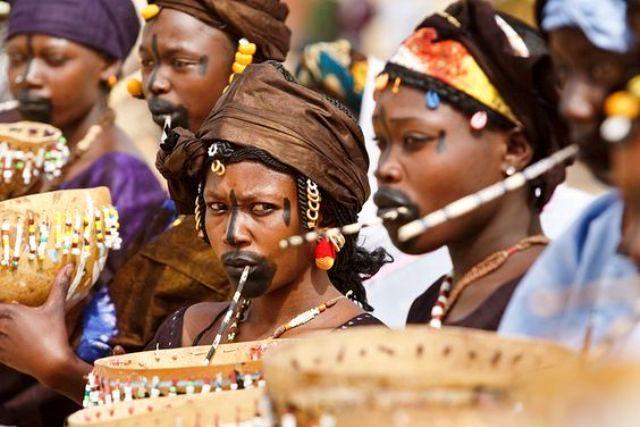 Des femmes Sénégalaises portant une tenue traditionelle. Culture