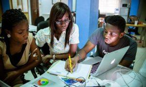 Des jeunes étudiant africains étudient et mettent en place une stratégie pour le lancement de leur prochaine start up. l'entrepreneuriat
