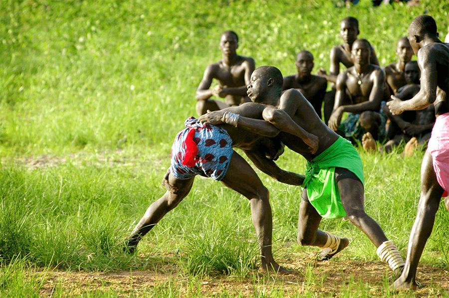 Un combat de lutte entre deux hommes au Sénégal
