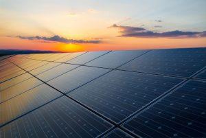 Des panneaux solaires au Sénégal pendant le coucher du soleil