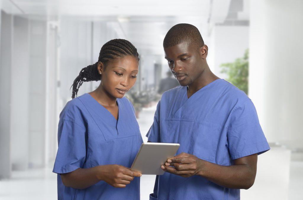 Deux médecins sénégalais regardent une tablette tactile- Sante