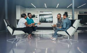 Une réunion de travail entre 2 hommes et 2 femmes dans une start-up sénégalaise
