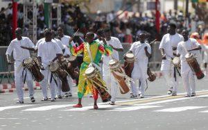 Des hommes sénégalais jouant du tambour dans les rues de Dakar Grand Carnaval