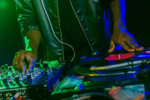 Un dj sénégalais à ses platines electro