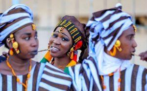 Une femme senegal participe a un festival au Senegal
