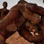 Deux athlètes sénégalais en plein combat de lutte senegalaise