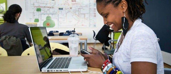 Une femme Senegalaise travail sur son ordinateur, start-up