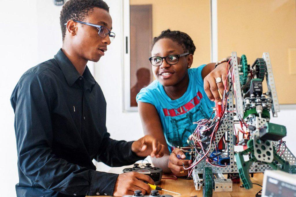 Un sénégalais et une sénégalaise construisent un robot Dakar