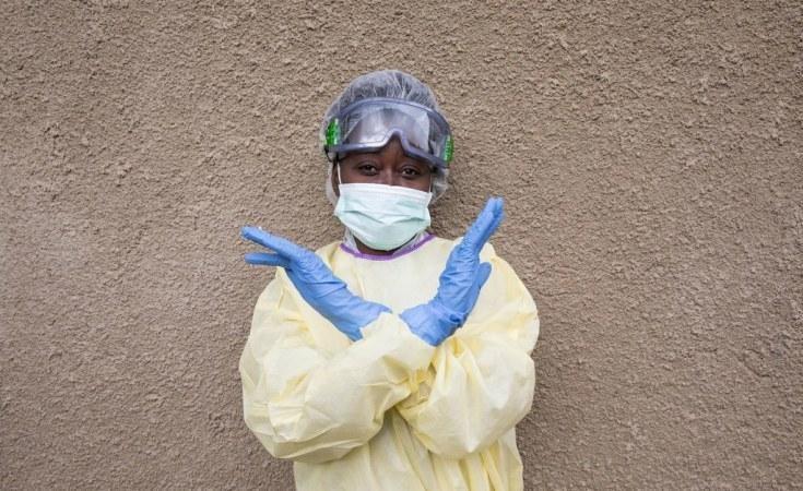 Des gants et un masque pour faire barrière au coronavirus