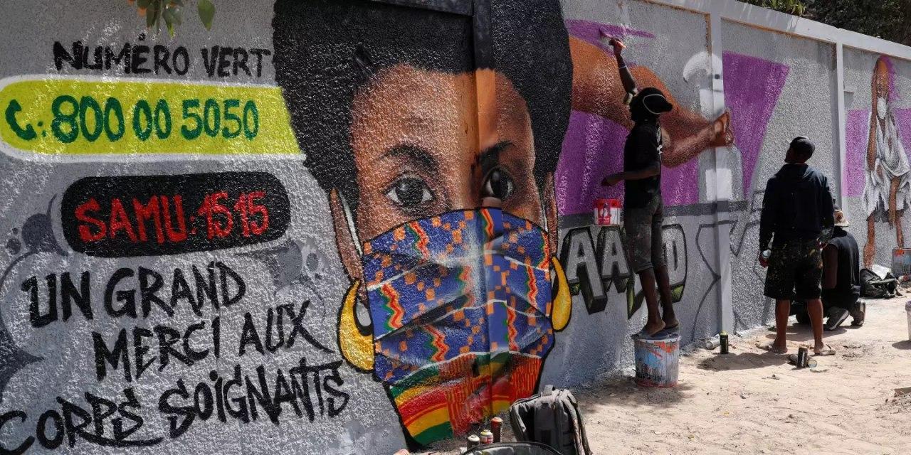 Les artistes graffeurs se mobilisent pour sensibiliser les jeunes aux bons gestes contre la propagation du coronavirus au Sénégal (Crédit photo : Zohra Bensemra/REUTERS)