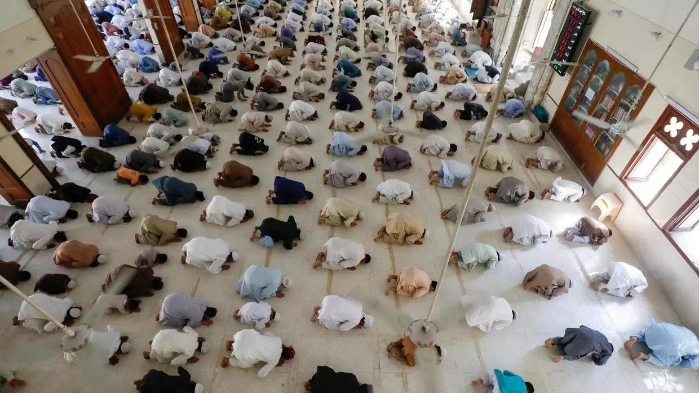 La distance d'1 mètre respectée dans une mosquée du Pakistan, pendant ce Ramadan en tant de coronavirus