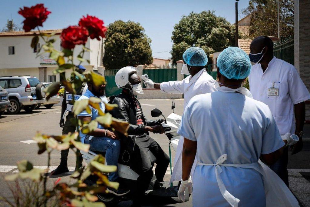 L'équipe médicale vérifie la température à l'entrée de l'hôpital principal de Dakar avant de laisser entrer les patients, les visiteurs et le personnel
