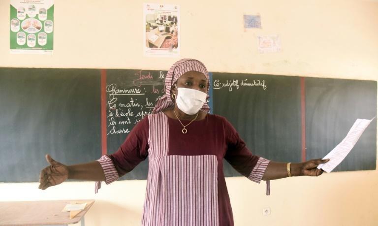 Une institutrice dans une école de Dakar le 25 juin 2020, jour de la reprise des cours au Sénégal fermées pendant trois mois à cause du coronavirus (Crédit : afp.com - Seyllou)
