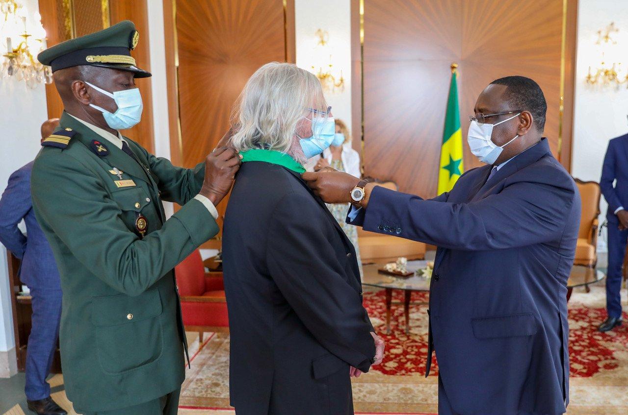 Le professeur Didier Raoult décoré par le président Macky Sall
